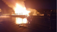 惠大高速一载32吨危化品槽罐车被追尾燃烧 消防员彻夜奋力扑救火灾